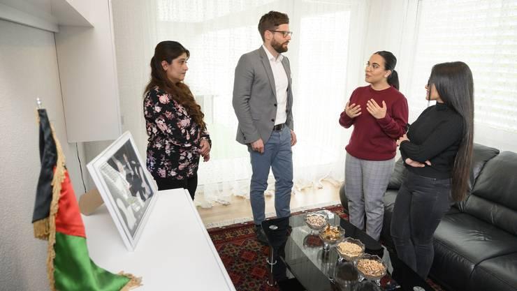Sozialvorstand Philipp Müller unterhält sich mit Sultaneh O. (links) und ihren beiden ältesten Töchtern Naso und Mehriyeh (ganz rechts).
