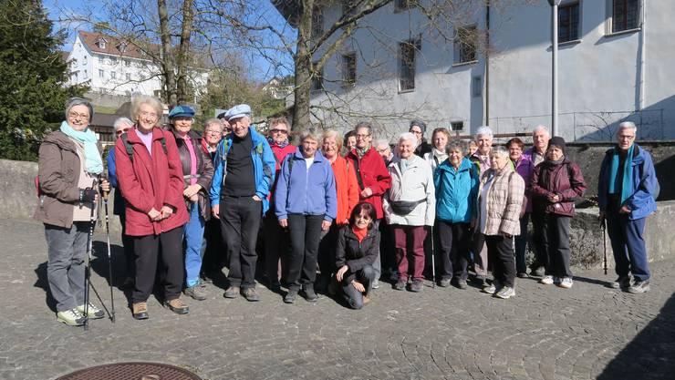 Gruppenbild der Dietiker Senioren Wanderer vor dem Schloss Biberstein