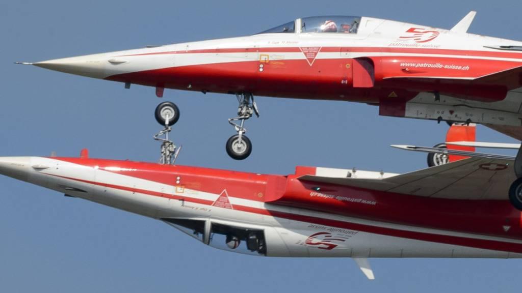 Im Training für eine Flugshow in der Niederlanden kam es im Juni 2016 zu einer Kollision zwischen zwei Kampfjets der Patrouille Suisse. Gegen den Piloten der abgestürzten Maschine hat die Militärjustiz Anklage erhoben. (Archivbild)