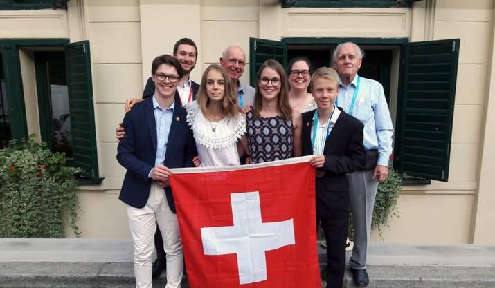 Die Schweizer Chemie-Talente (vorne) mit ihren Begleitern: Fabian Holliger, Carole Zermatten, Chantal Balmer und Lennart Horn (v.l.)
