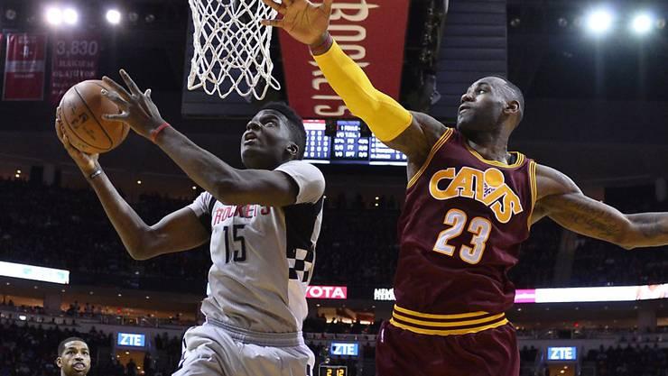 Scheiterte im Duell mit Superstar LeBron James: der Schweizer Clint Capela (links) von den Houston Rockets