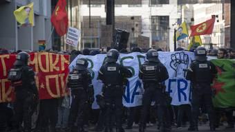 Demonstranten protestieren gegen die von der Pnos (Partei national orientierter Schweizer) organisierten Demonstration gegen den UNO-Migrationspakt in Basel, am Samstag, 24. November 2018.