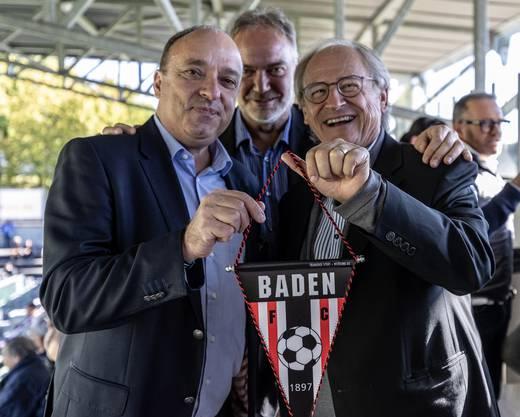 Landammann Markus Dieth (links) erhält einen FC-Baden-Wimpel von Präsident Heinz Gassmann (rechts).