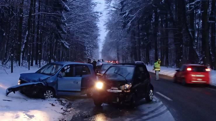 Zwei Autos kollidierten um 17.30 Uhr auf der Aaretalstrasse zwischen Schafisheim und Wildegg seitlich-frontal.