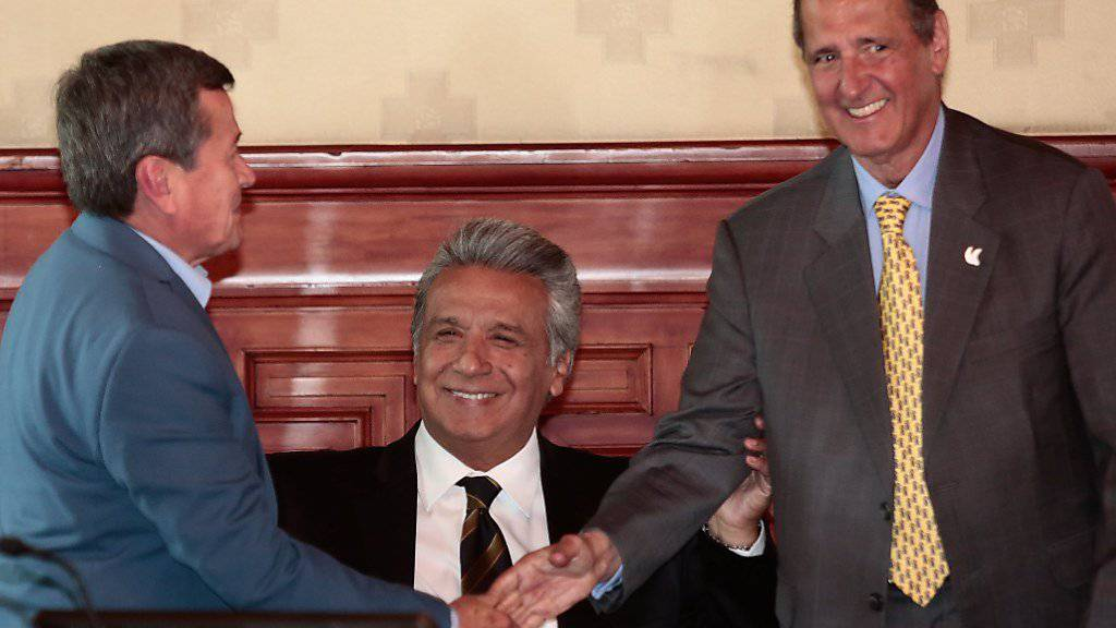Regierungsunterhändler Camilo Restrepo (r) und ELN-Unterhändler Pablo Beltran (l) mit Ecuadors Präsidentin Lenin Moreno in Quito