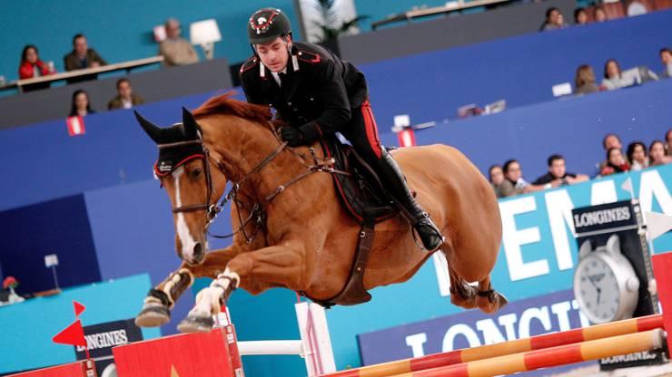 Ein Pferd hat es dem Basler Publikum besonders angetan: Chalou, der zehnjährige Hengst des Italieners Emanuele Gaudiano, springt so wunderbar anders über die Hindernisse. Vor allem in den Kombinationen streckt Chalou seine Vorderbeine nach dem Überqueren so markant aus, dass jedes Mal ein belustigtes Raunen durch das Publikum geht. Durch die eigenartige Technik verlängert sich zwar die Flugphase des Pferdes, doch langsam ist Chalou trotzdem nicht. Am Freitag kam er im Grand Prix ins Stechen und landete am Ende auf Rang 4.
