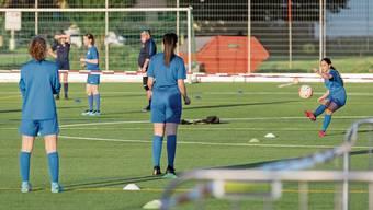 B-Juniorinnen trainieren auf der Schlieremer Sportanlage Zelgli.