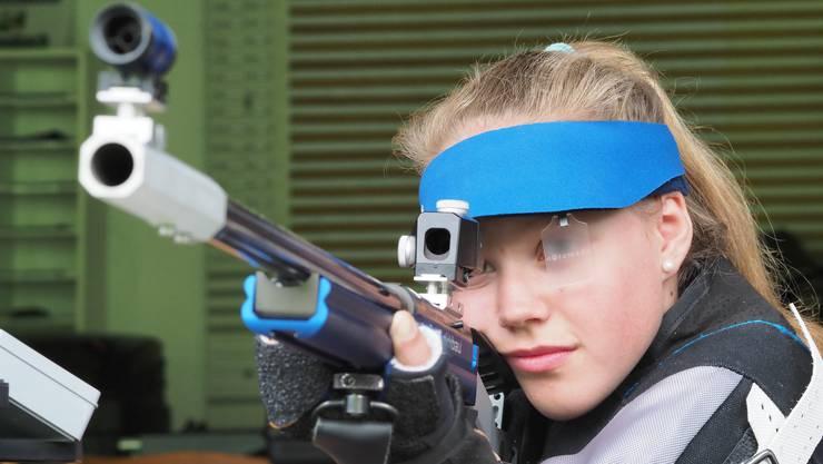 Sportschützin Larissa Donatiello am Kleinkaliber-Gewehr. Im März gewann die junge Gretzenbacherin in Bern den Junioren-Meistertitel am Luftgewehr über 10 Meter in der Kategorie U15.