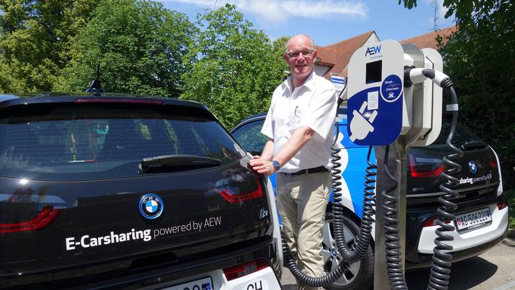 Gemeinderat Marcel Fischer lädt an der neuen E-Carsharing-Station einen BMW i3, der für alle zur Nutzung bereitsteht. Eddy Schambron
