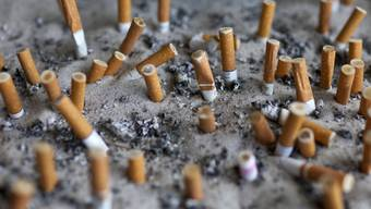 Erloschene Zigarettenstummel in einem Aschenbecher