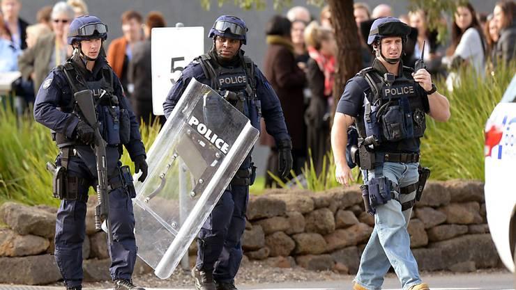 Polizisten schwer bewaffnet vor dem Gefängnis in Melbourne, wo die Revolte ausgebrochen ist
