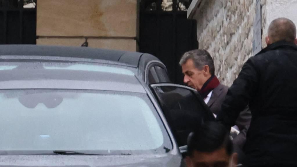 Nicolas Sarkozy, der ehemalige französische Präsident, steigt am Tag des Prozessbeginns gegen ihn in ein Fahrzeug.