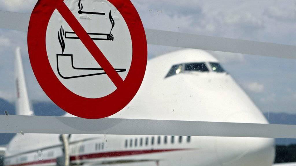 Der Verurteilte hatte auf dem Flugzeug-WC geraucht und einen Brand im Abfalleimer ausgelöst; die Maschine musste notlanden. (Symbolbild)