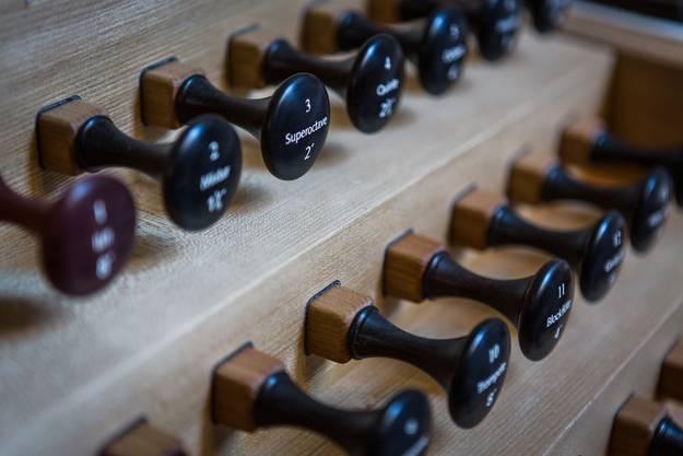 Der Spieltisch ist aus Ulmenholz, das teils aus Weininger Bestand stammt, gefertigt.