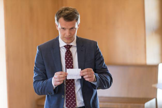 Simon Hofmann gibt Harry Landis als offiziellen Gewinner der Losziehung bekannt.
