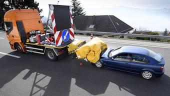 Beim Crash-Test prallte ein Auto mit Tempo 60 in die Aufpralldämpfer vor einem Signalisationsfahrzeug in der Waadt.