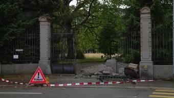 Zur Amokfahrt kam es am Samstagabend gegen 17 Uhr. Ein Audi gelangte über den Eingang an der Saumstrasse aufs Gelände, fuhr quer über den Friedhof bis er an der Ämtlerstrasse ein massives Eisentor durchbrach. Danach fuhr er weiter bis er an der Brahmsstrasse in einen Poller krachte.