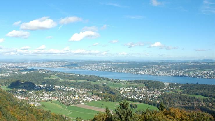 Vom Aussichtsturm der Albis-Hochwacht lässt sich der Zürichsee in seiner ganzen Länge überblicken.