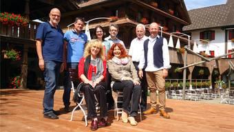 Ein Teil des Operetten-Ensembles «Die Fledermäuse», das sich auf der Bühne vor dem «Niesenberg» auf die Produktion«Das Wirtshaus Zur SpassArt» freut; sitzend rechts Autorin und Produktionsleiterin Hanna Matti.
