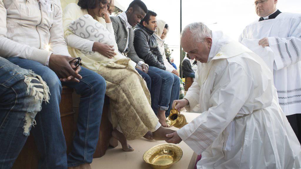 Der Papst wäscht einer Frau im Asylbewerberheim ausserhalb Roms die Füsse.