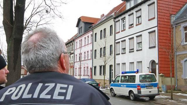 Polizisten vor Tatort in Quedlinburg