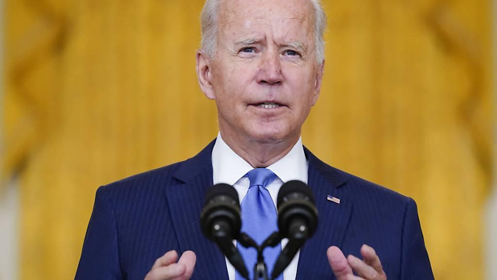 Joe Biden, Präsident der USA, hält eine Rede über die Wirtschaft im East Room des Weißen Hauses. Foto: Evan Vucci/AP/dpa