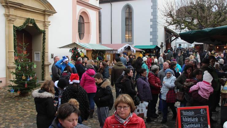 Viel Volk am Weihnachtsmarkt vor dem Verenamünster in Bad Zurzach.