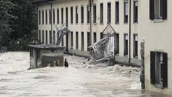 Die AGV rechnet künftig mit einer Zunahme von Schäden im Elementarbereich - 2005 überschwemmte ein Hochwasser die alte Spinnerei auf der Klosterhalbinsel in Wettingen.