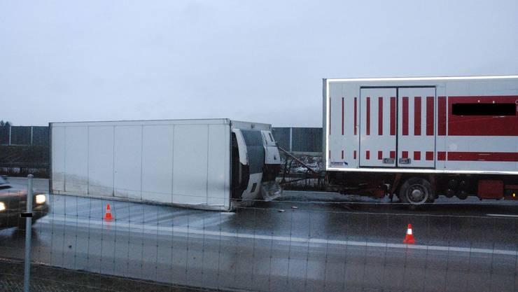 Die Komposition steht und liegt auf der Autobahn, nachdem der Anhänger ein Schild gestreift hat und die ganze Komposition ins Schleudern geraten ist.