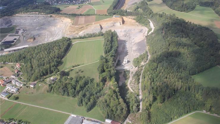 Die Jura Cement möchte den Steinbruch bei der Steinbitz (grüne Fläche in der Mitte, im Hintergrund Auenstein) erweitern.
