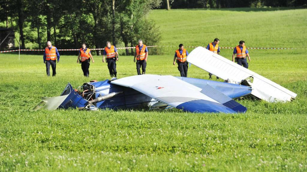 Der Pilot der Piper versuchte, auf einem Feld in Bronschhofen notzulanden. Das Flugzeug wurde komplett zerstört. (Archiv)