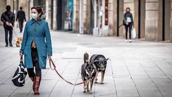 Wer kann, geht mit dem Hund raus: Gassigehen ist in Spanien noch erlaubt.