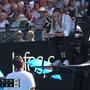 Federer erhält von Schiedsrichterin Marijana Veljovic eine Verwarnung wegen einer verbalen Entgleisung.