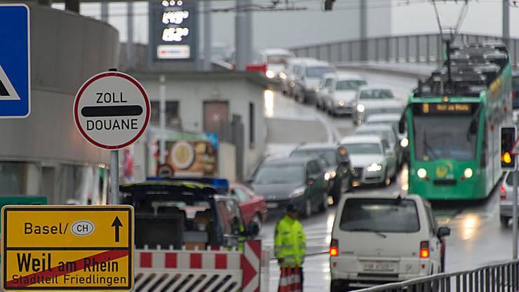 Lange Autokolonne beim Zoll: Solche Bilder will die deutsche Regierung weniger oft sehen. Shoppingtouristen sollen deshalb künftig nur noch bei Einkäufen über 50 Euro die Mehrwertsteuer zurückerstattet bekommen.