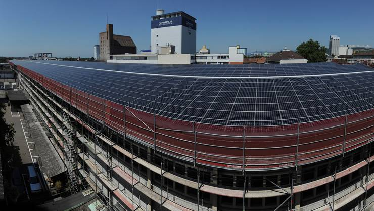 Der Kanton Basel-Stadt darf für 8,5 Millionen Franken Photovoltaikanlagen auf Dächern von Kantonsgebäuden bauen. Hier die grösste Basler Solaranlage der Firma Rhenus beim Hafen.