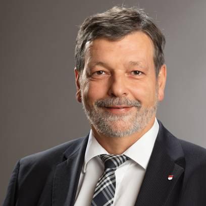 Finanzdirektor Roland Heim zieht den Hut