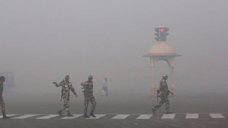 Über der Metropole Delhi liegt eine dicke Smogglocke. (Archiv)