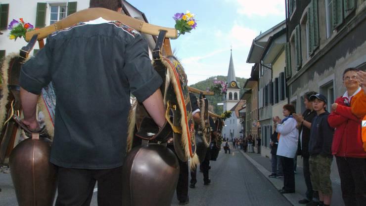 Eine Treichlergruppe sorgt für akustisches Spektakel beim Alpabzug in Waldenburg 2007