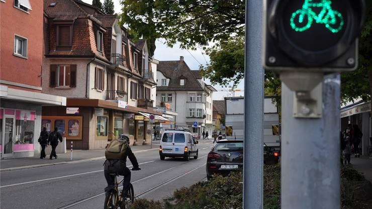 Enge Platzverhältnisse: Auf der Bremgartnerstrasse haben Velofahrer keine eigene Spur.