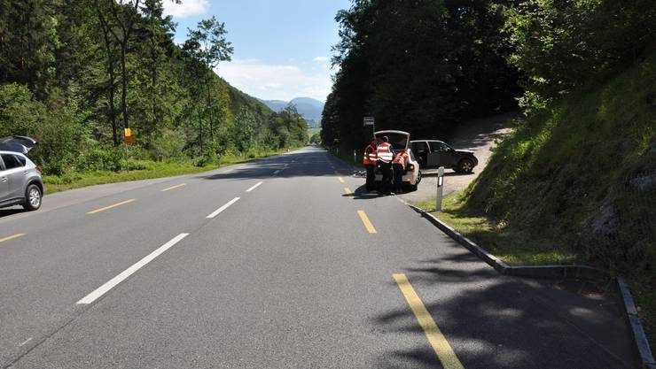 Bei einer Kollision mit einem Lieferwagen verletzten sich zwei Velofahrer.