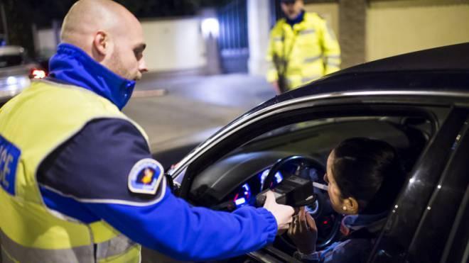 Bitte blasen: Test des Alkoholspiegels bei einer Autofahrerin.  Foto: Keystone/Jean-Christophe Bott