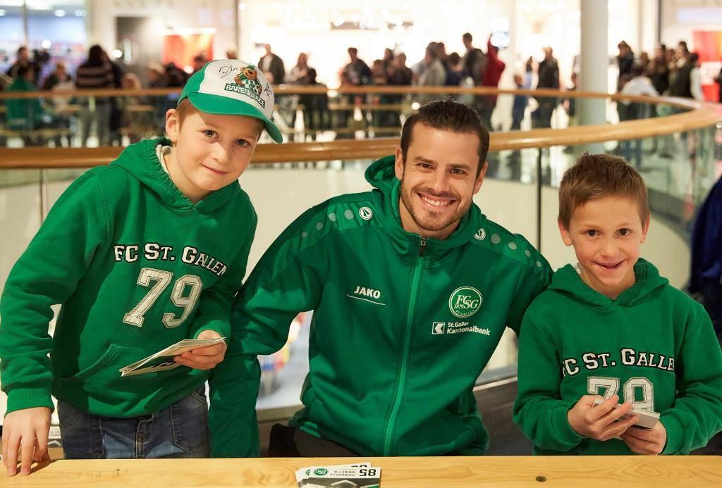 Mit FCSG-Neuzugang Tranquillo Barnetta ein Foto zu machen, davon träumen viele Fans. (© zVg)
