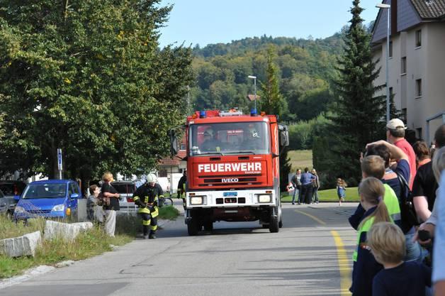 Das Feuerwehrauto fährt vor