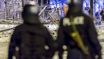Bei Zusammenstössen mit Demonstranten werden regelmässig Polizisten verletzt. Laut Bundesrat müssen in erster Linie die Kantone das Problem lösen. (Archivbild)