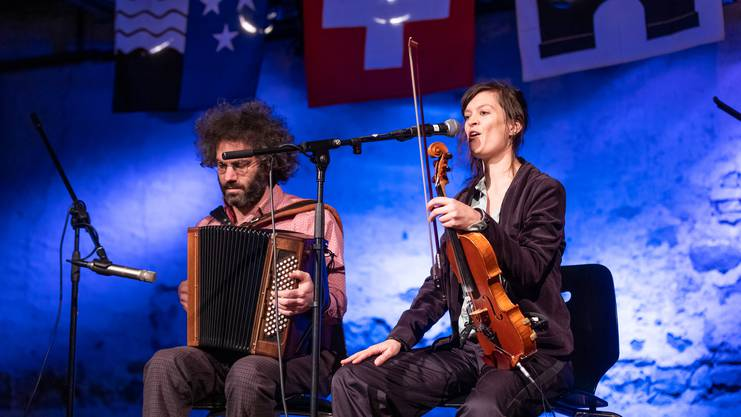 Andrea Kirchhofer (Violine und Gesang) und Jonas Guggenheim (Akkordeon)