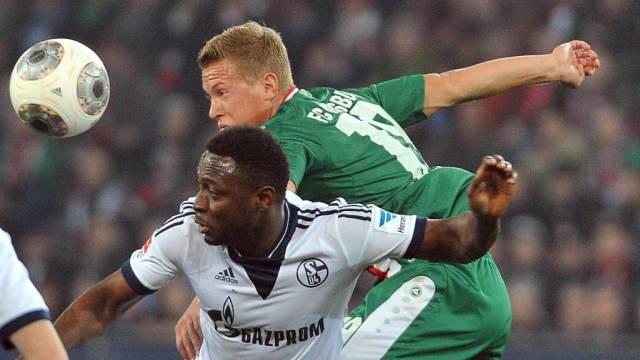 Kopfballduell zwischen Augsburgs Ostrzolek (r.) und Schalkes Obasi
