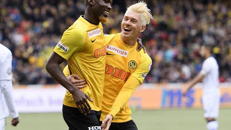 Ganz in Blond feierten die YB-Spieler Moumi Ngamaleu (links) und Christian Fassnacht vor heimischem Publikum einen weiteren Sieg des Meisters