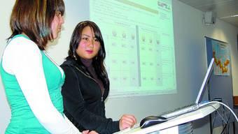 Zufrieden die Schülerinnen Thu Van Ngo (r.) und Jana Zbinden finden myBerufswahl cool. (Bild: uz)