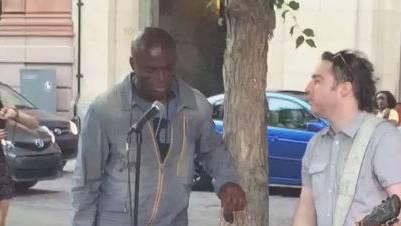 Blue Balls-Star Seal singt mit Strassenmusiker