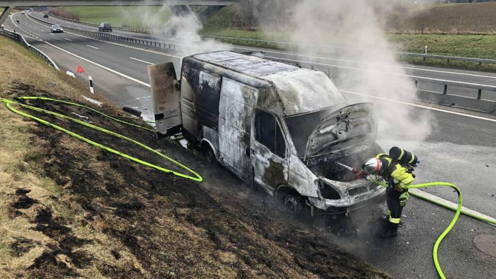 Lebensmitteltransporter bei Düdingen ausgebrannt
